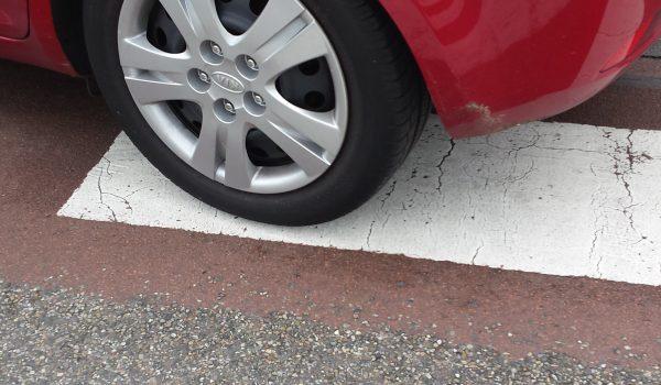 auto's parkeren op het zebrapad