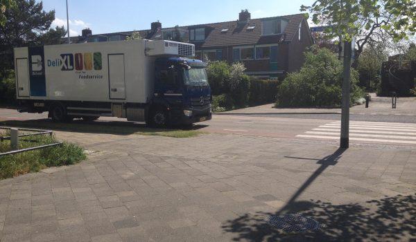 geparkeerde vrachtwagen belemmert het zicht op overstekende kinderen